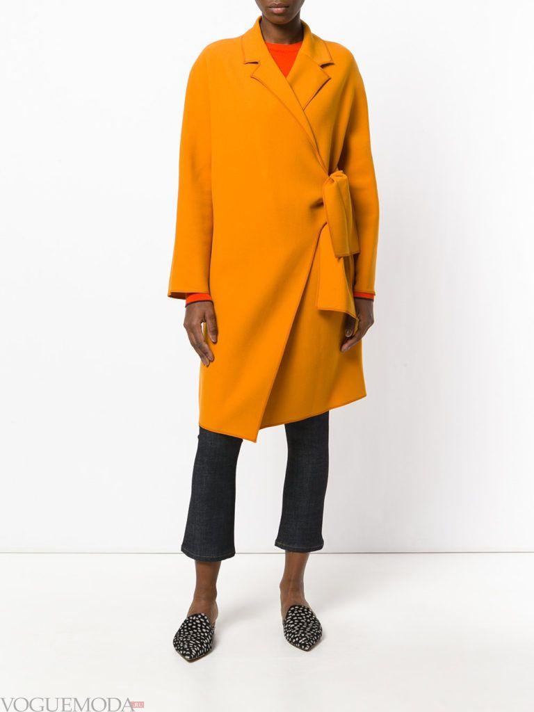 пальто цвета острая горчица