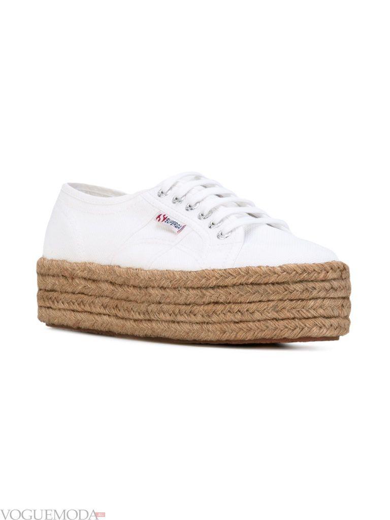белые женские кроссовки на высокой плетеной подошве