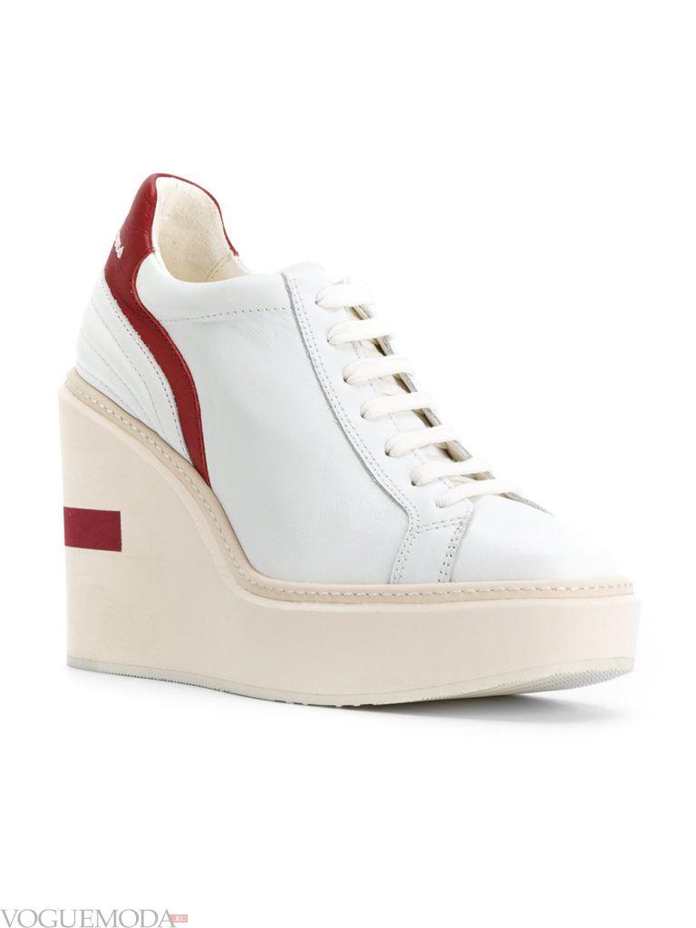 белые женские кроссовки на высокой белой подошве