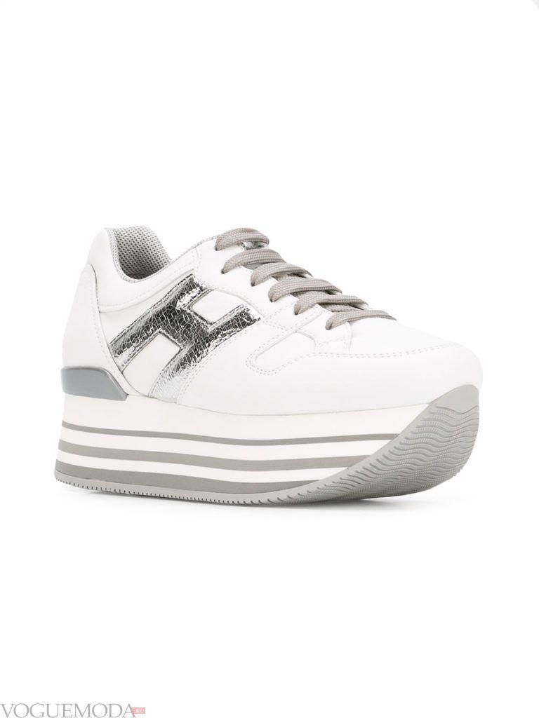 белые женские кроссовки на высокой полосатой подошве