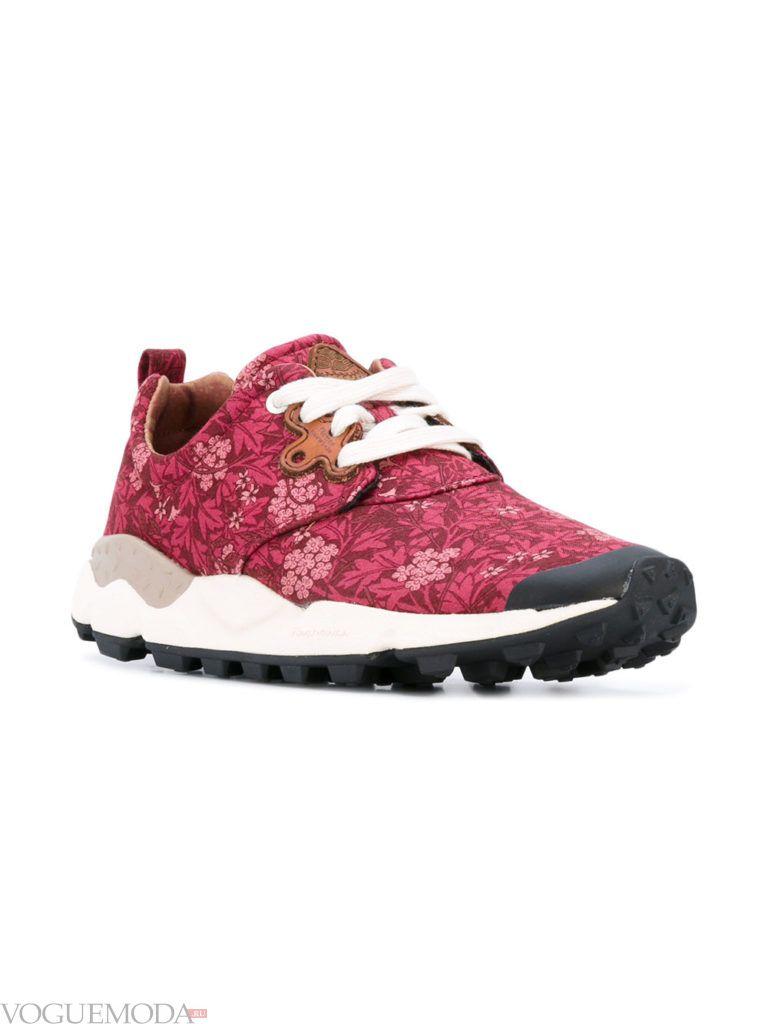 женские кроссовки на пластичной подошве красные