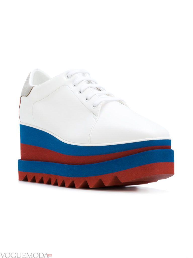 белые женские кроссовки на высокой яркой подошве