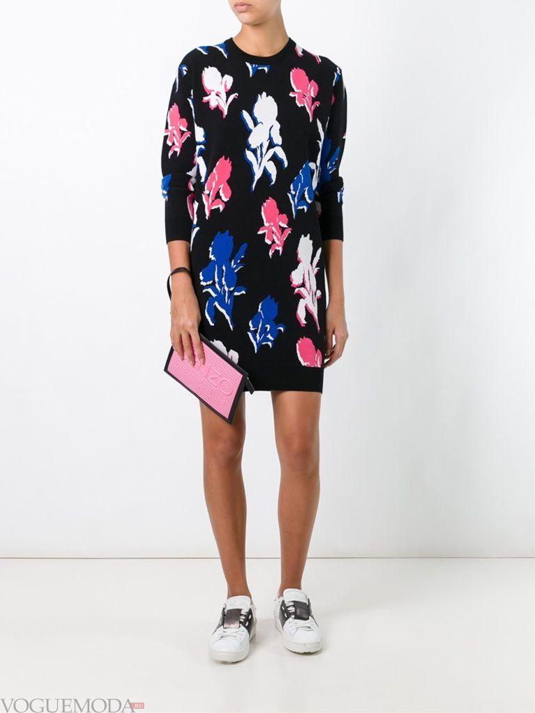 модный лук платье-свитер с принтом