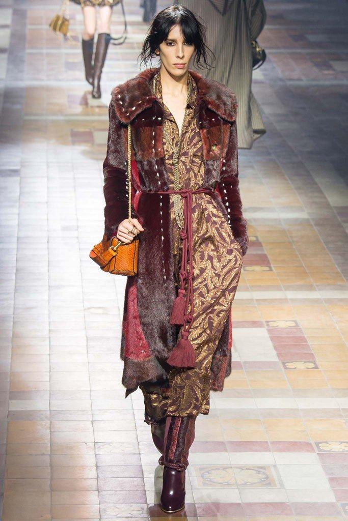 модные луки осень зима: сафари с пальто с принтом