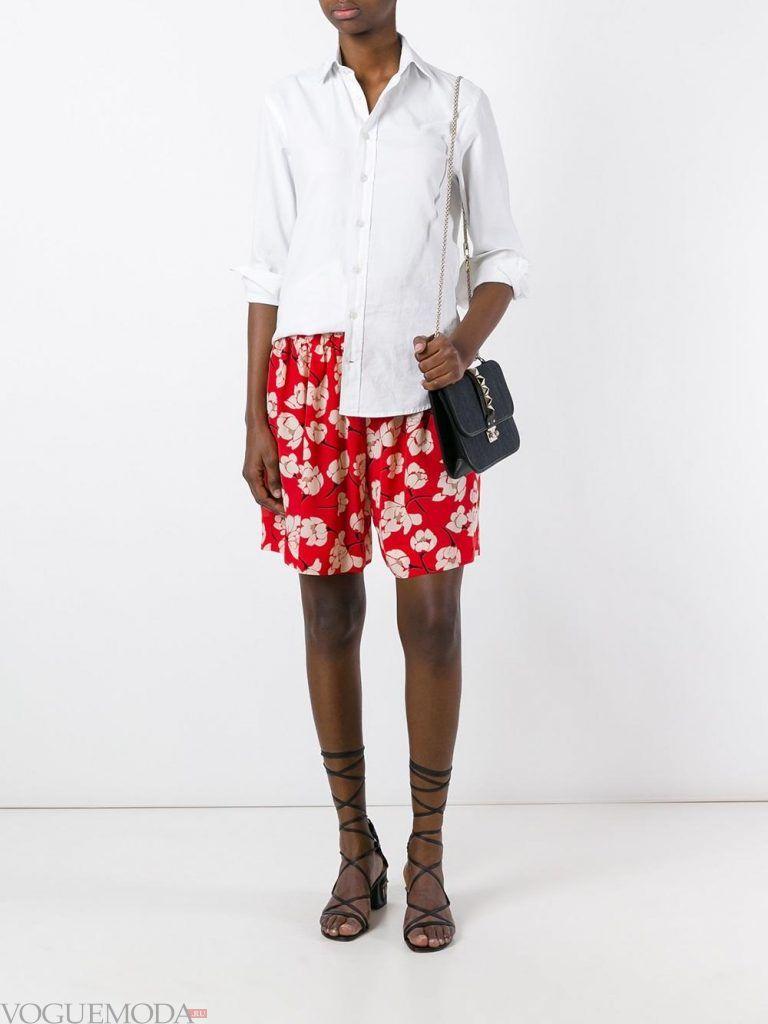 модные шорты с принтом