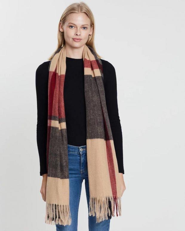 коричневый шарф разноцветный