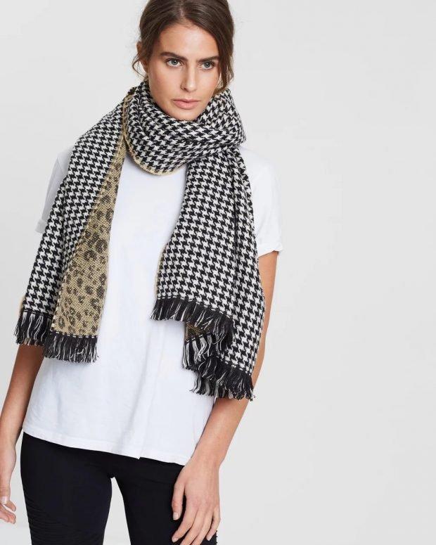 черно-белый шарф с бахромой
