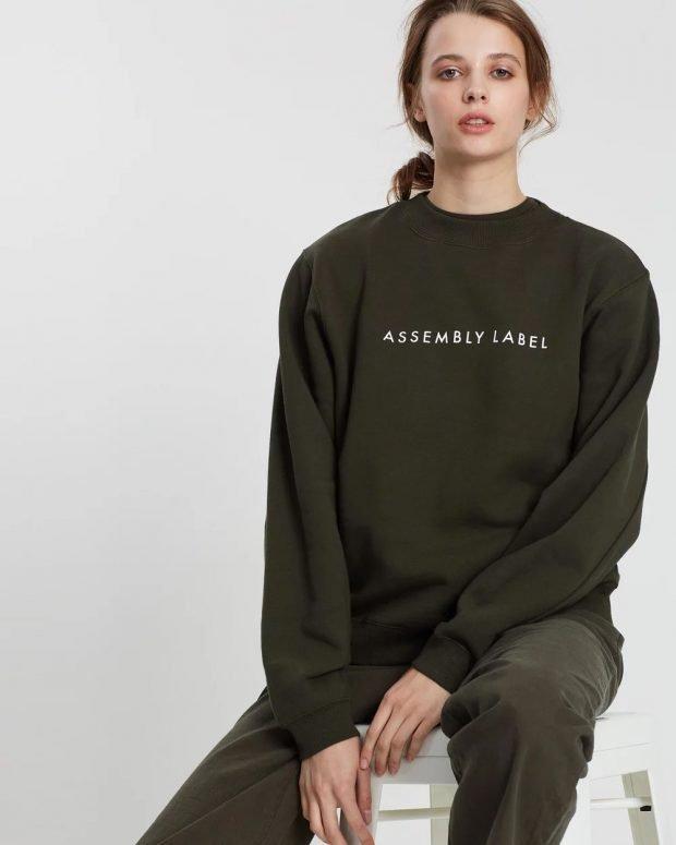 модные свитера 2019 2020: темно-зеленый с надписью
