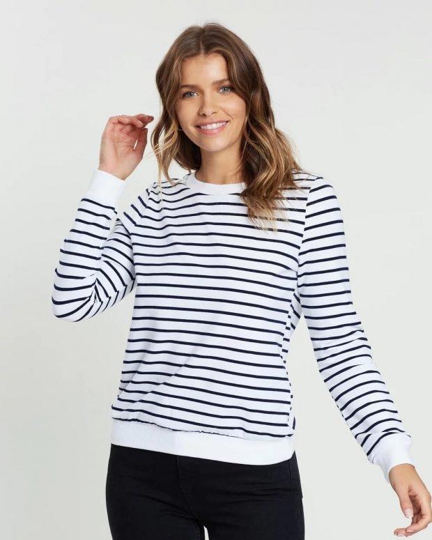 модные свитера: белый в черную полоску