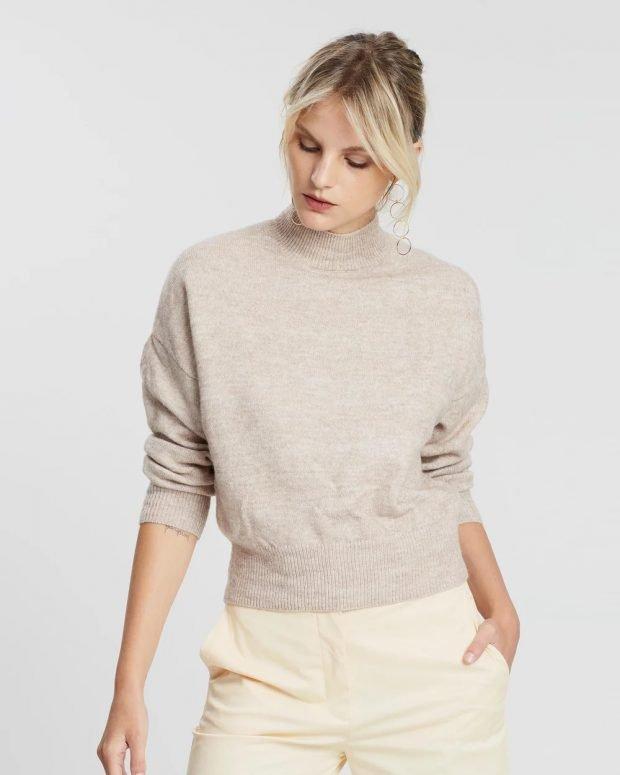 модные свитера: бежевый вязаный