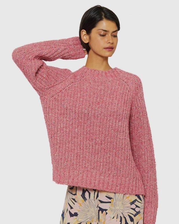 модные свитера: розовый вязаный