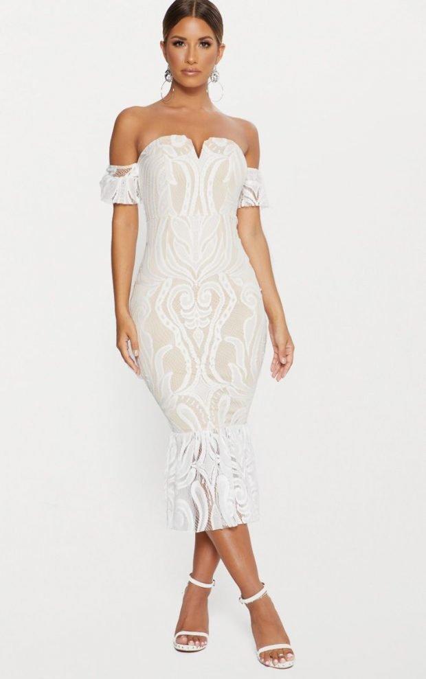 платья на выпускной 2019: белое с узорами футляр