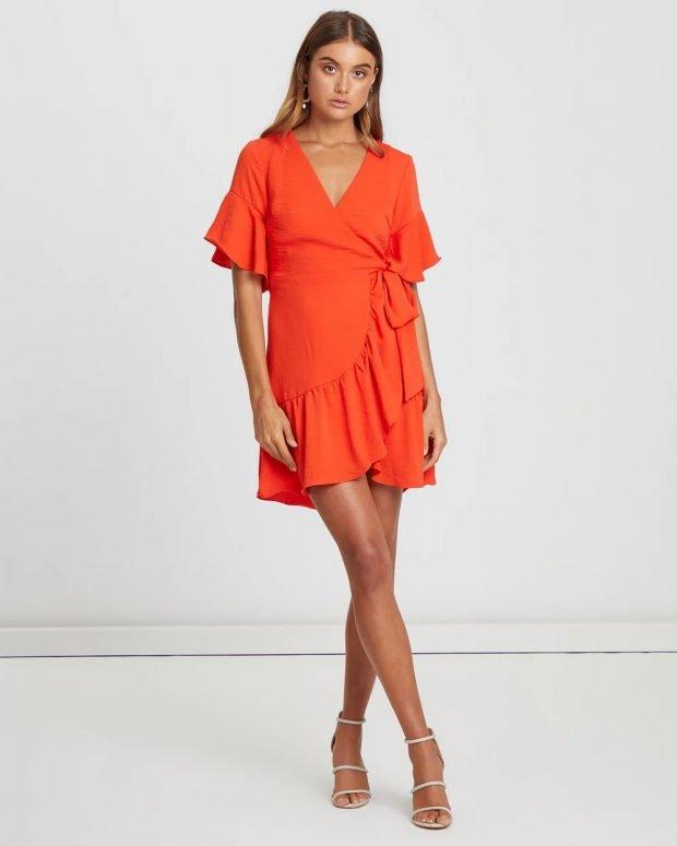 коралловое платье асимметрия короткий рукав