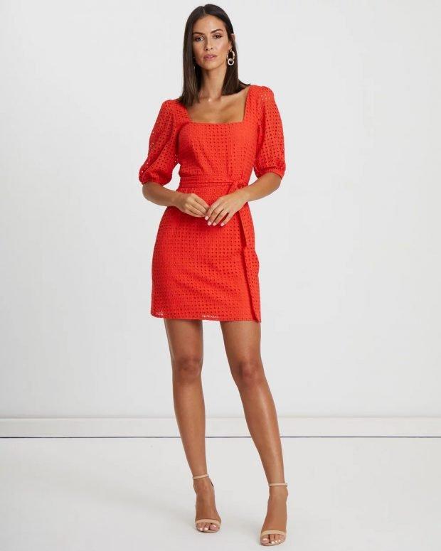 коралловое платье с перфорацией короткий рукав