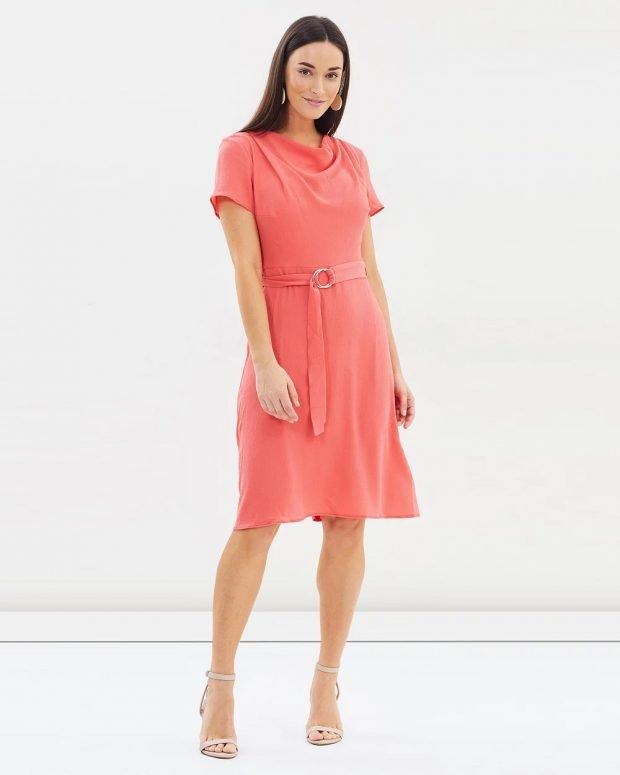 коралловое платье короткие рукава с поясом