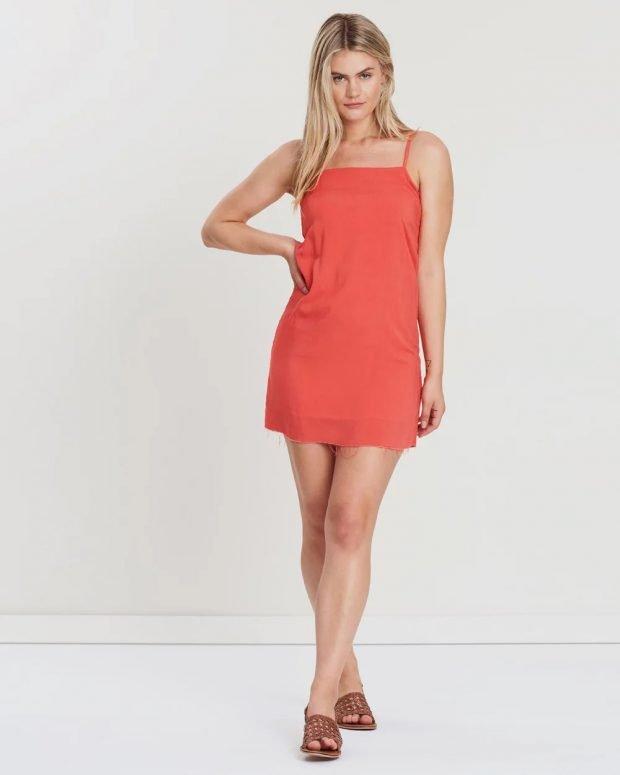 коралловое платье на бретелях без рукава