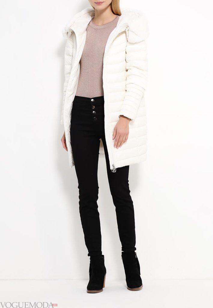 белый пуховик длиной до колена с джинсами