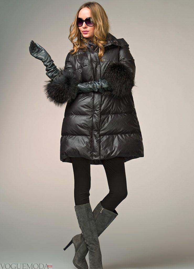темный пуховик длиной до колена с перчатками