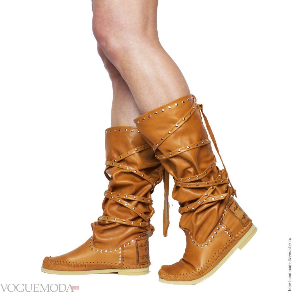 рыжие кожаные сапоги без каблука со зборкой