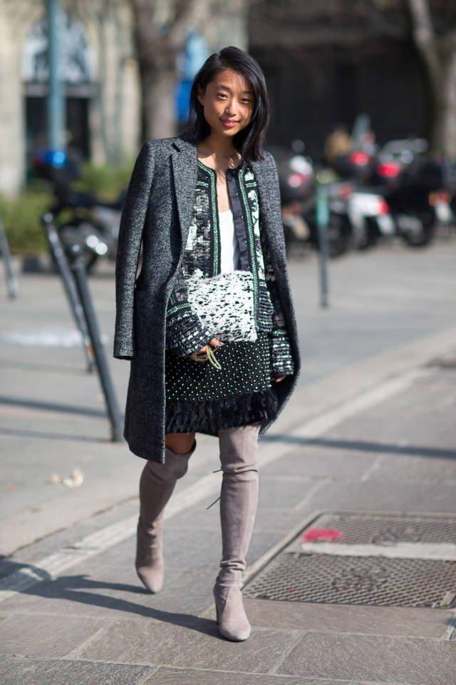 серые сапоги и серый модный лук