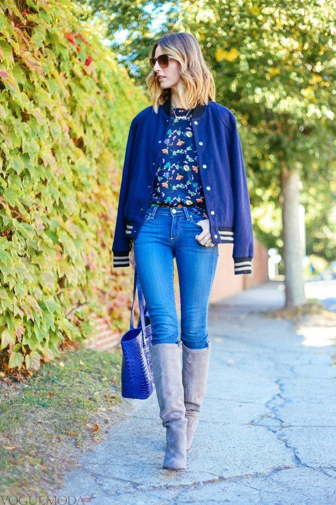 серые сапоги и синий модный лук