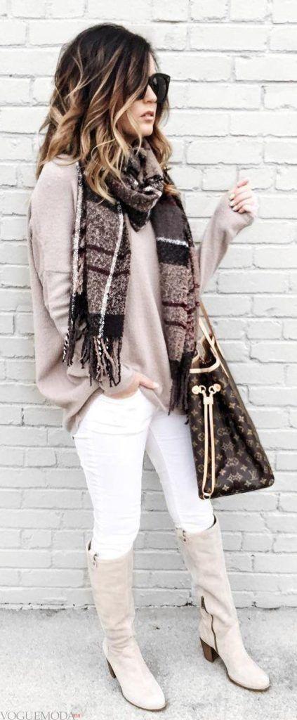серые сапоги и розовый свитер