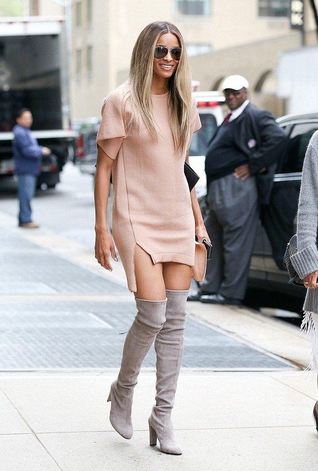серые сапоги и бежевое короткое платье
