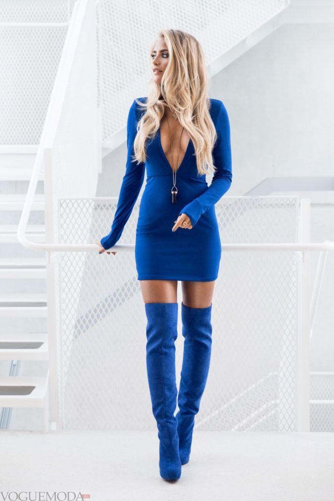 замшевые ботфорты оттенка электрик с платьем