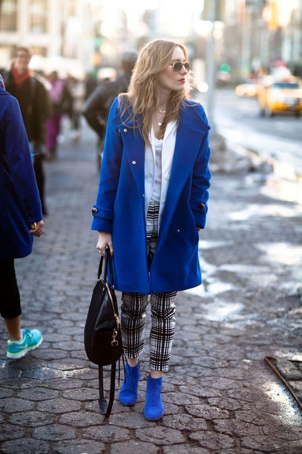 замшевые синие ботильоны с пальто
