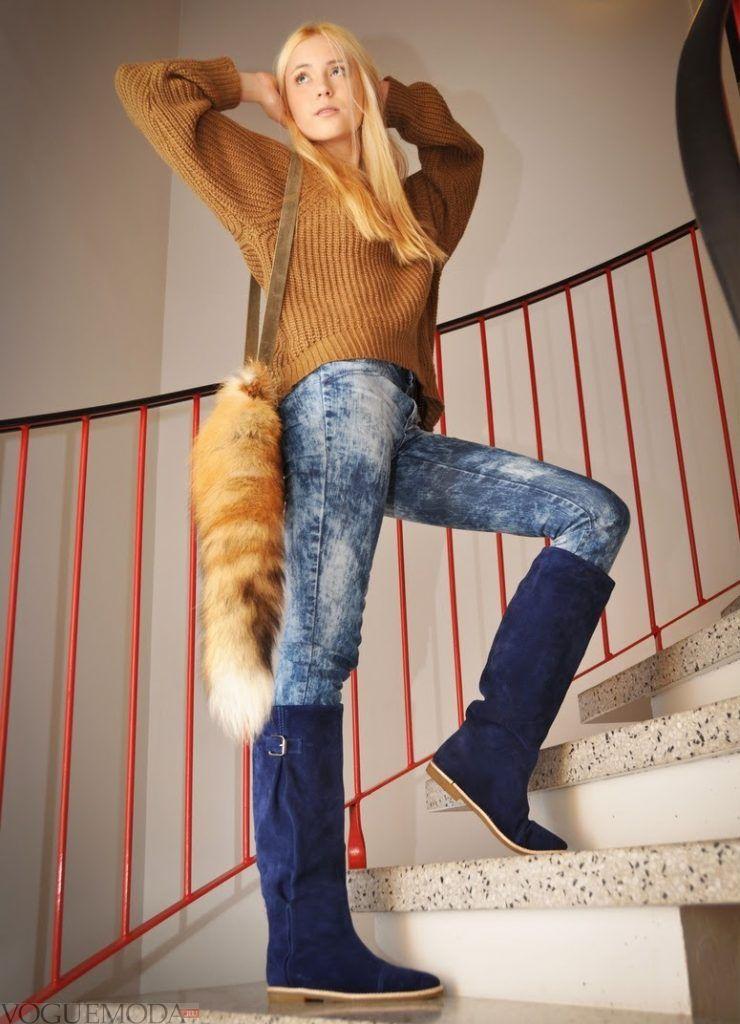 замшевые сапоги темно-синего оттенка с брюками