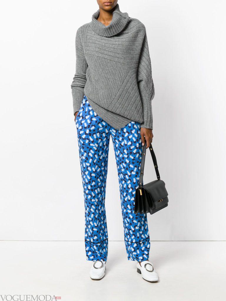 ярко синие брюки с цветочным принтом