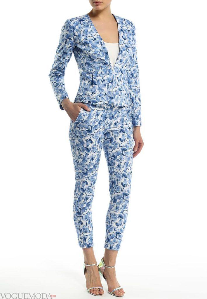 ярко синие брюки с пиджаком с принтом