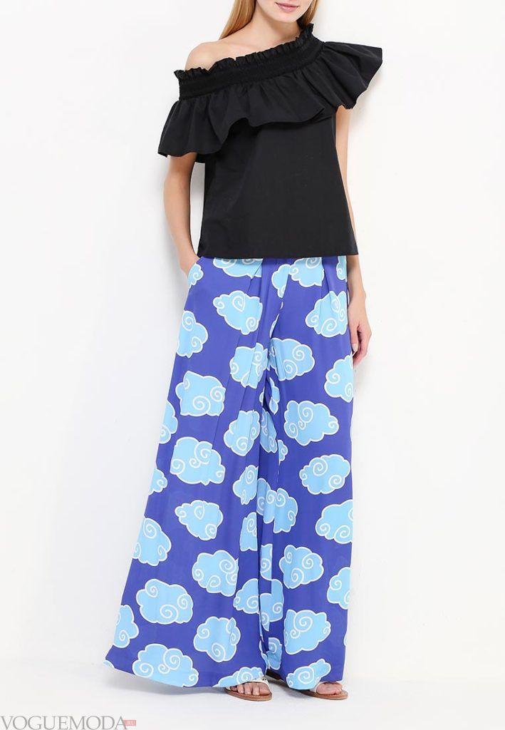 ярко синие брюки с принтом широкие