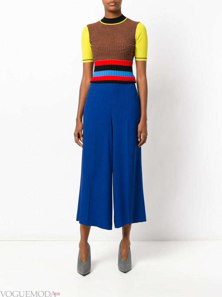 широкие ярко синие брюки с цветным топом