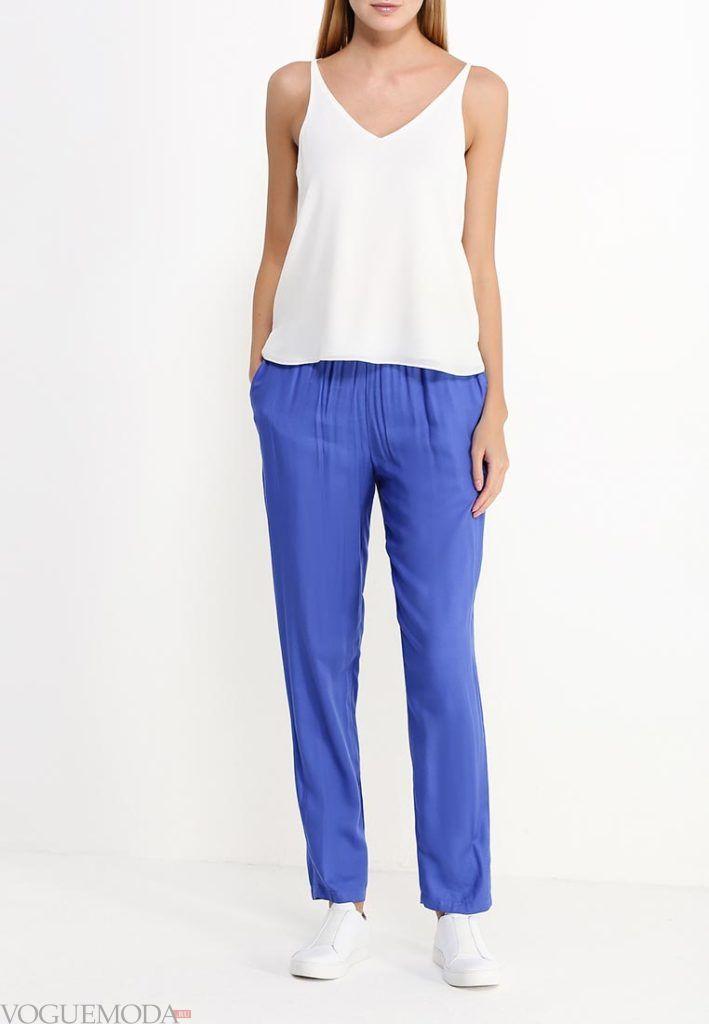 широкие ярко синие брюки с белым топом