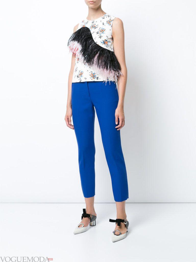 ярко синие укороченные брюки с светлым топом