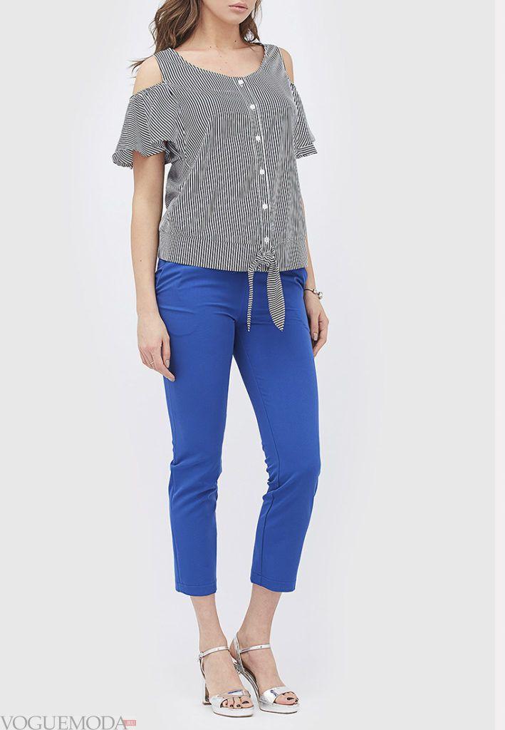 ярко синие укороченные брюки с модным топом