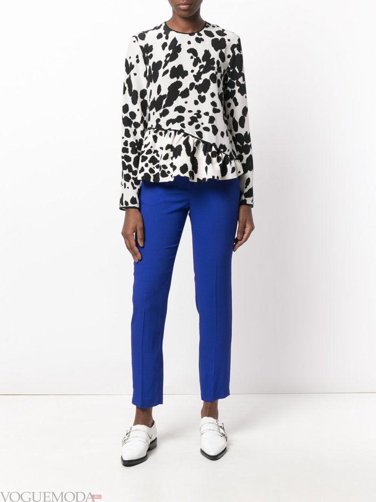 ярко синие укороченные брюки с блузой