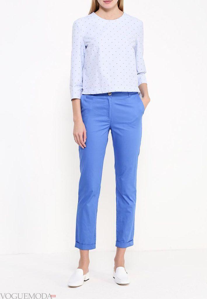ярко синие укороченные брюки с голубой блузой