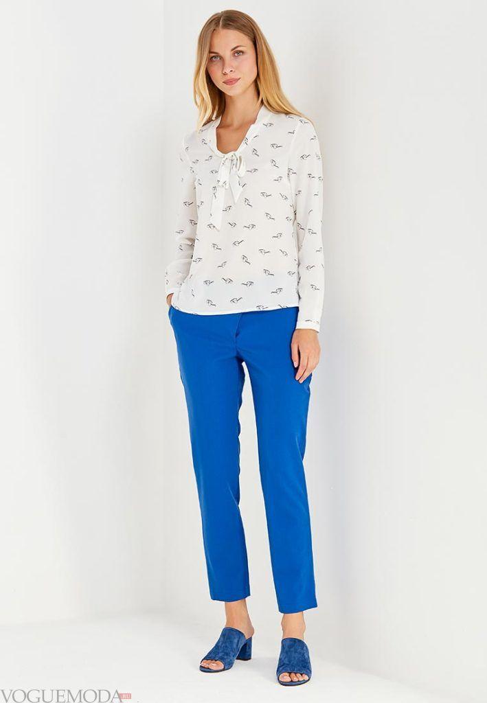 ярко синие укороченные брюки с рубашкой с принтом