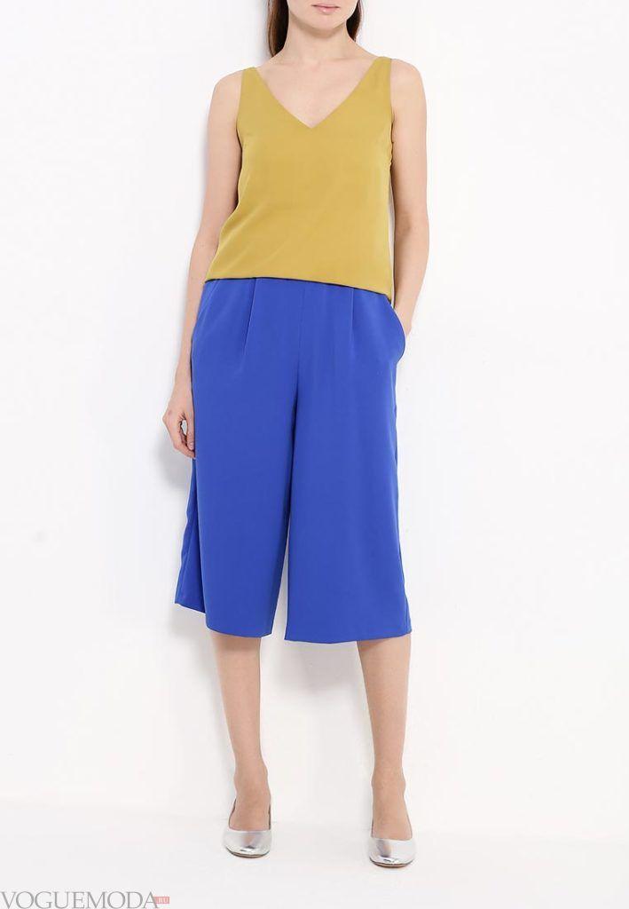 широкие ярко синие брюки с горчичным топом