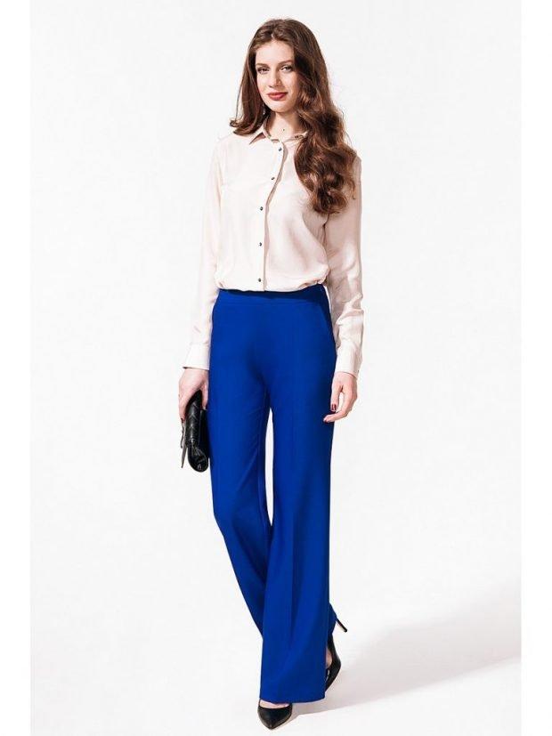 ярки синие брюки клеш с блузой