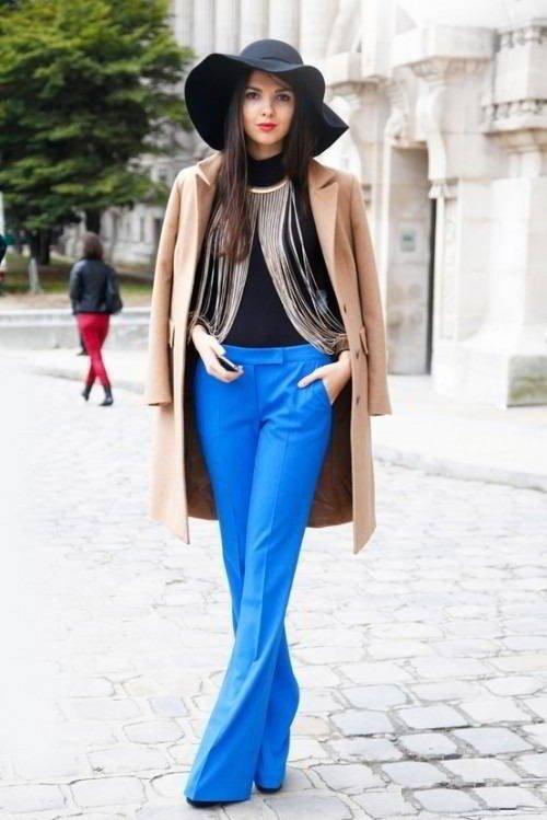 ярки синие брюки клеш с пальто