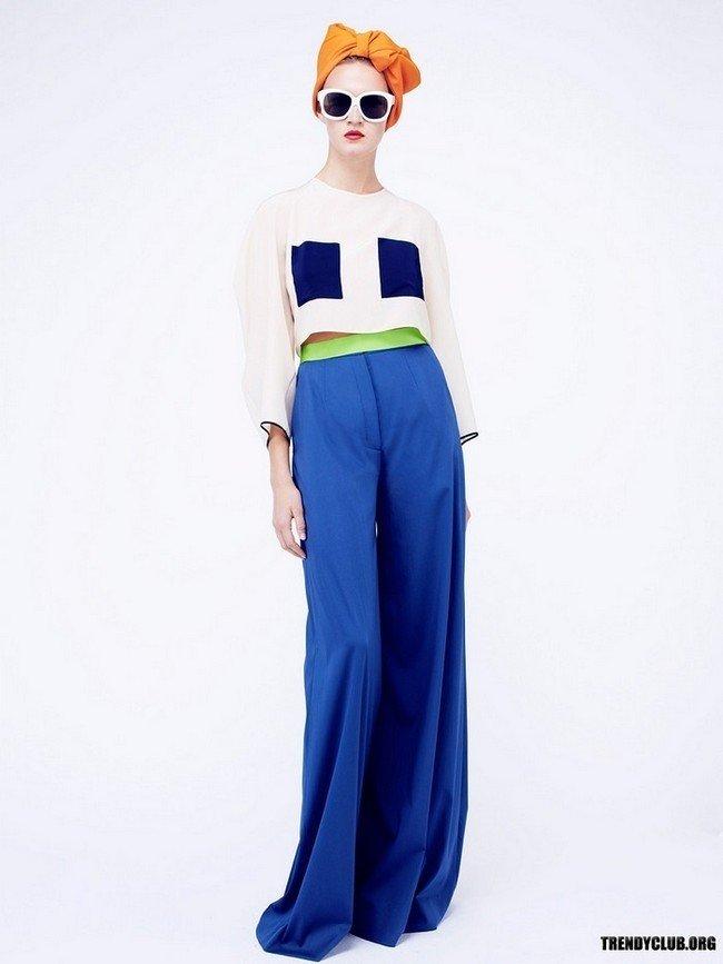 ярки синие брюки клеш с цветной блузой