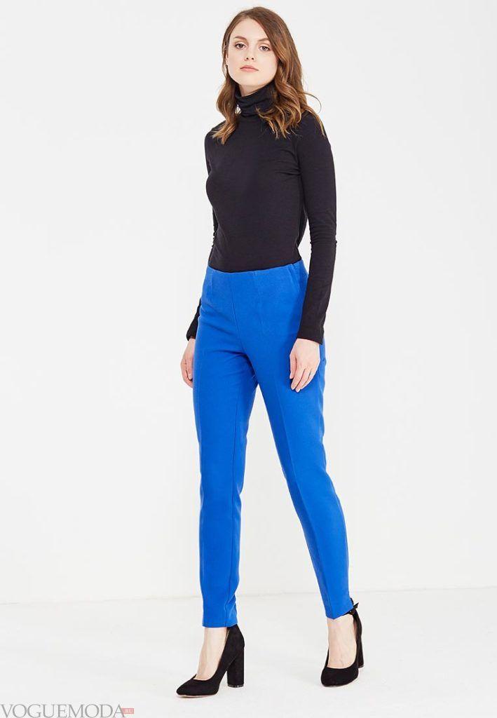 лук ярко синие брюки с черным гольфом