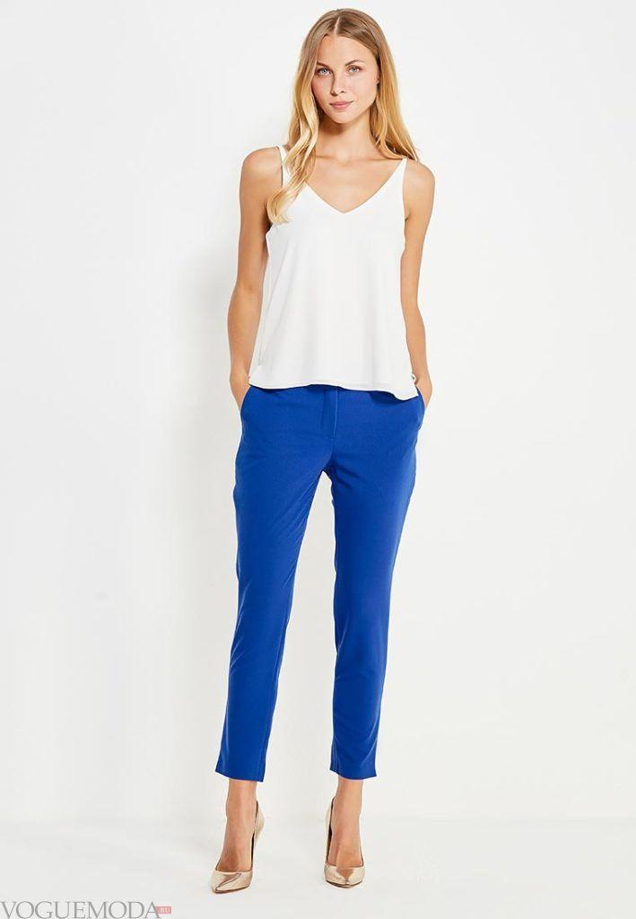 лук ярко синие брюки с белым топом