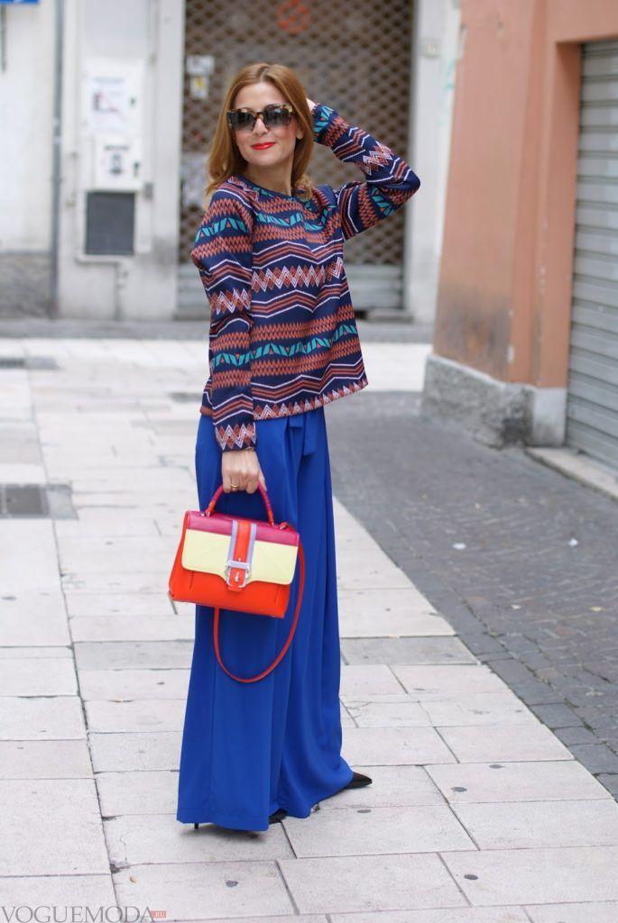 широкие ярко синие брюки с разноцветной блузой