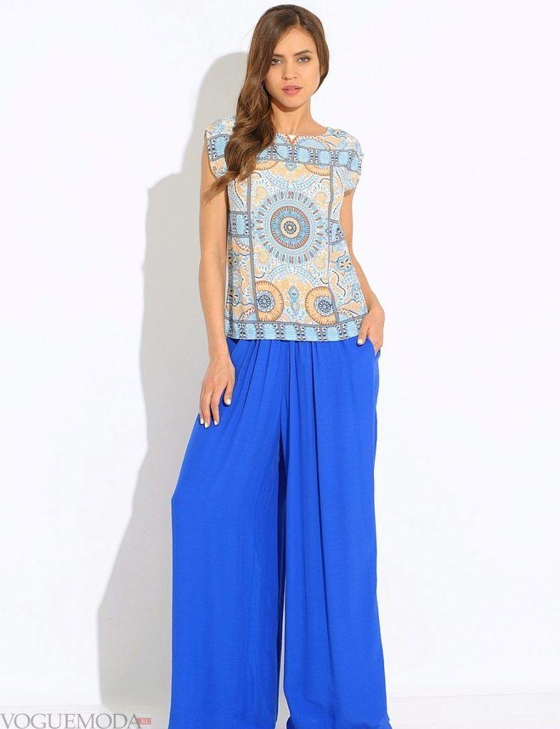 широкие ярко синие брюки цветной блузой