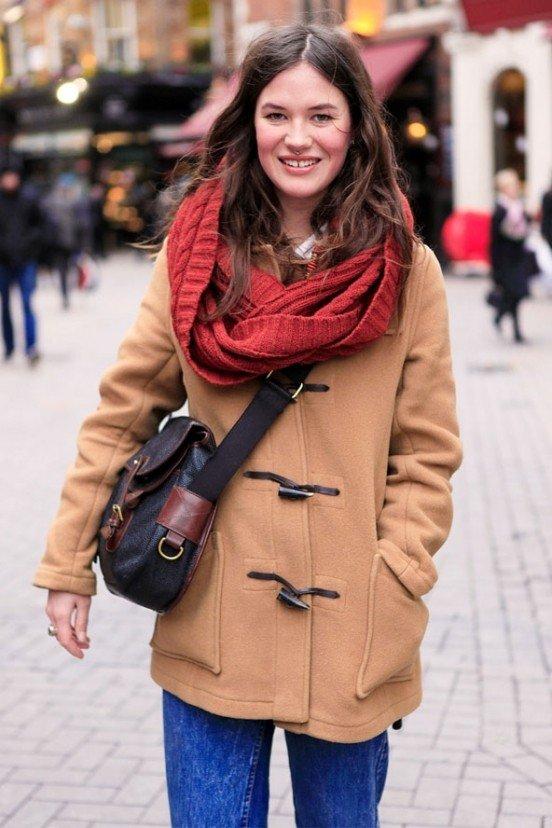 шарф снуд с пальто красный