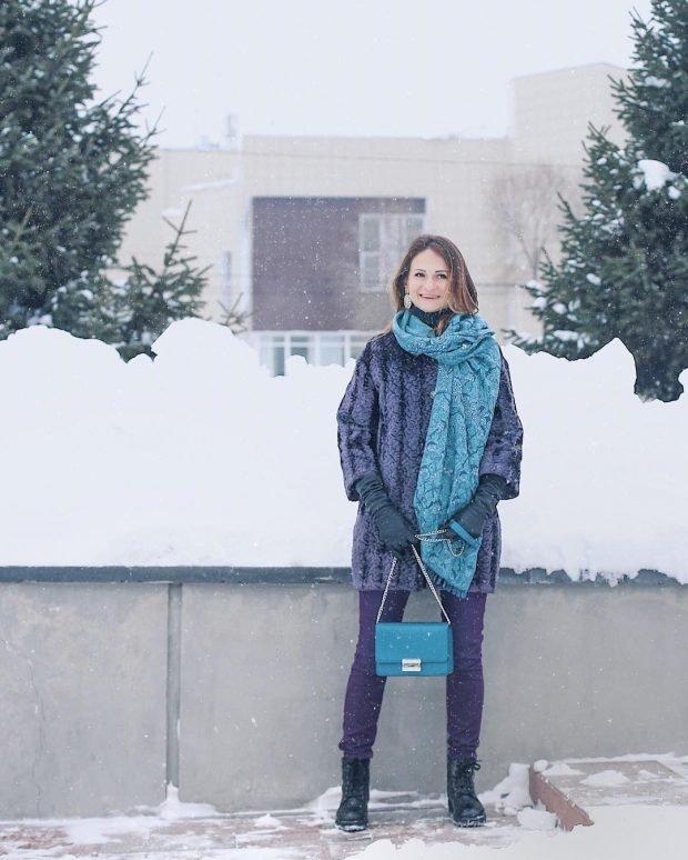 синяя сумка и шарф